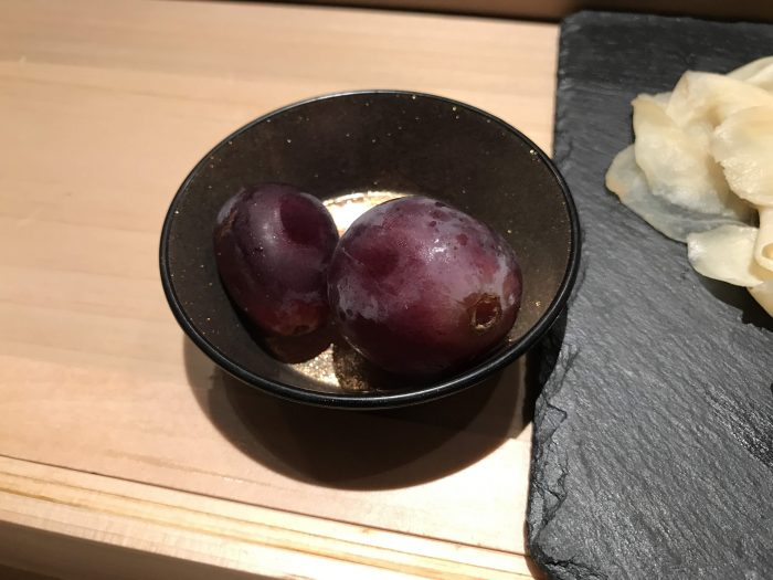manten sushi marunouchi omakase grapes 700x525 - Eating omakase at Manten Sushi Marunouchi in Tokyo, Japan