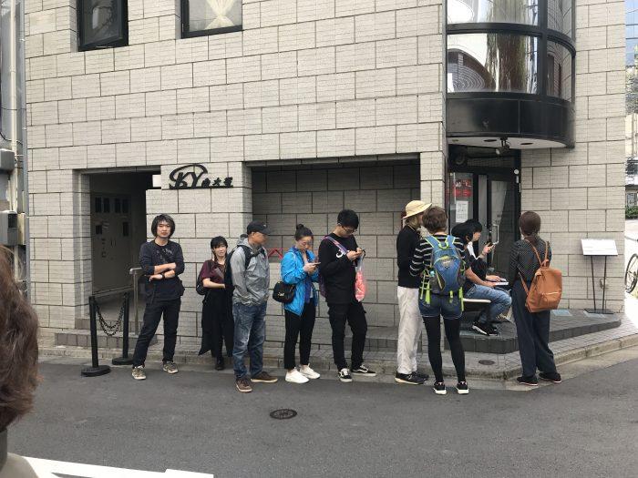 nakiryu michelin star ramen tokyo queue 700x525 - A visit to Nakiryu - Michelin-starred ramen in Tokyo, Japan