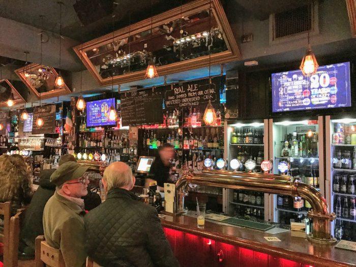porterhouse dublin craft beer 700x525 - 19 great places for craft beer in Dublin, Ireland