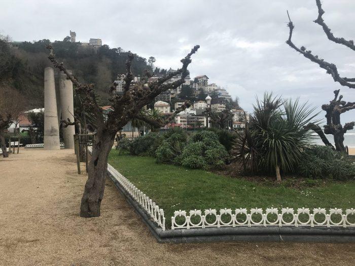 ondarreta beach park san sebastian 700x525 - A walk along the San Sebastian promenade to Chillida's Comb of the Wind